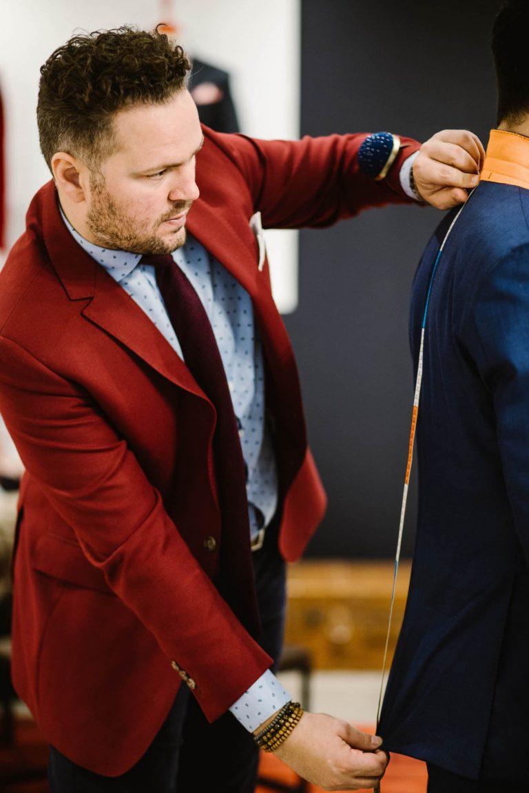 JAGGS_costume_sur_mesure_chemise_sur_mesure_Belgique_waterloo_bruxelles_Shooting_HD_JAGGS-BOUTIQUE64_mesuration_montre_costume_rouge_chemise_bleu_avec_motif_goutte_d'eau_cravate_bordeaux_bracelet