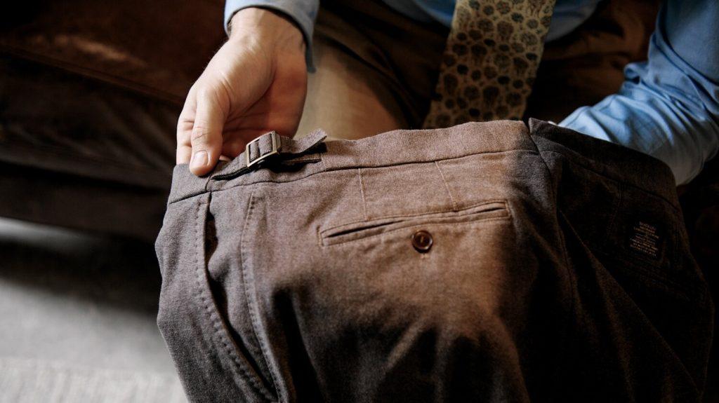 chino-poche-arrière-bouton-détail-main