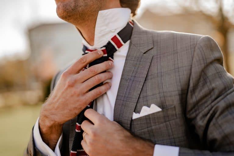 Nouer une cravate : le nouveau punk