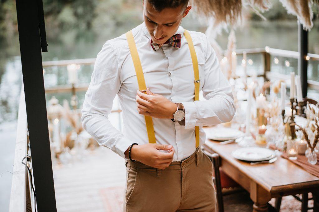 Garçon d'honneur look bretelles et pantalon chino