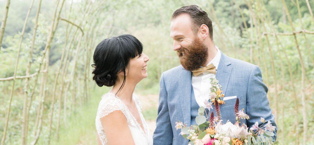 Mariage champêtre avec costume pour homme bleu