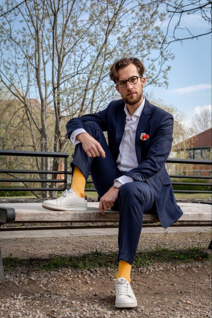 Des chaussettes jaunes avec un costume