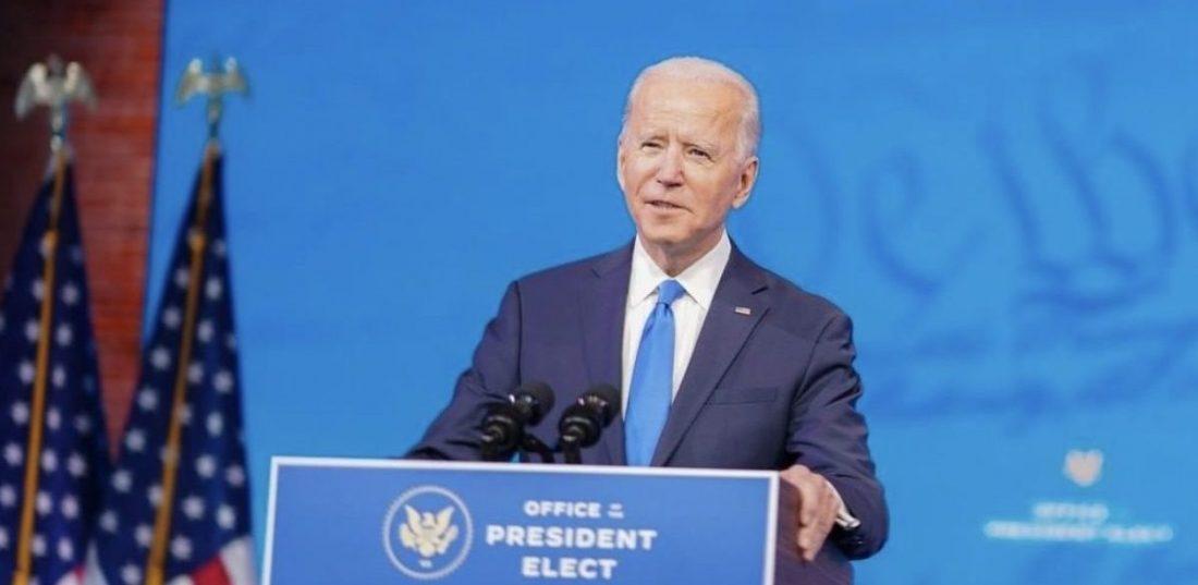 Joe Biden au débat présidentiel en costume bleu